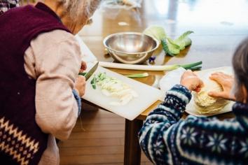 食事を作りは手先を使うことで、認知症予防にも繋がり、立つことなどの動きも機能訓練にもつながることも考え取り入れております。
