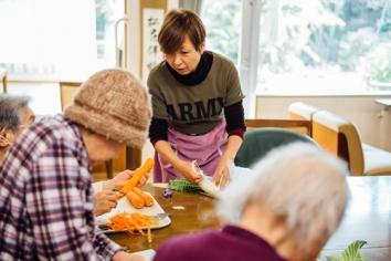 入所しているみんなで食事作りなどをして、コミュニケーションをとりながら、認知症予防を行なっています。